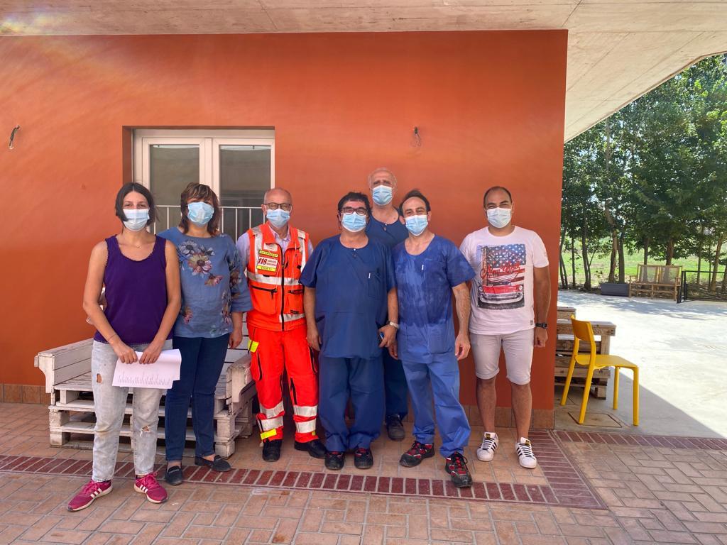 Foto di gruppo con il personale sanitario